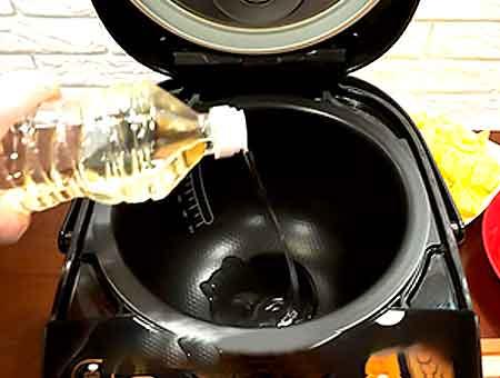наливаем масло в мультиварку