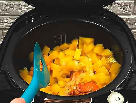 перемешиваем картошку с курицей, тушим дальше