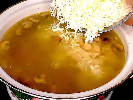 натертый сыр добавляем в кастрюльку
