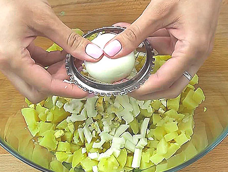 варим яйца в крутую, добавляем в окрошку