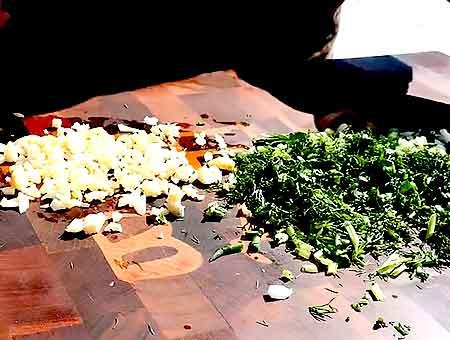 шинкуем чеснок с зеленью