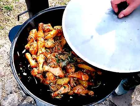накрываем казан с курицей и картошкой крышкой, даем блюду отдохнуть 5 минут