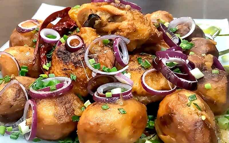 готовим курицу в казане с картошкой на плите