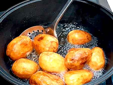картошка на половину приготовилась, вынимаем