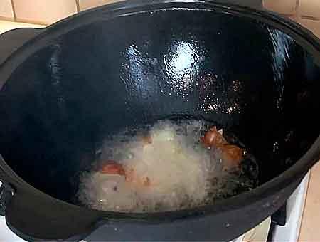 бросаем порезанный лук в горячее масло