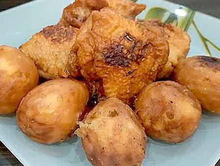 курица в казане с картошкой подается гостям на праздничном блюде