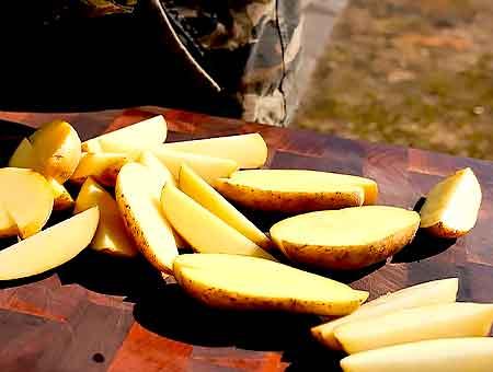 режем картошку на четвертинки