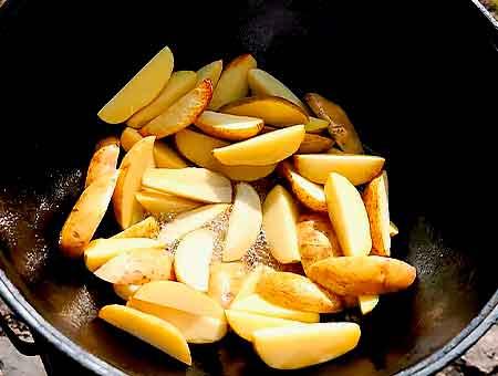 обжариваем картофель в масле