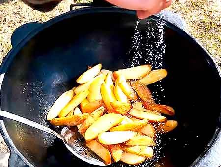 пожаренный картофель посыпаем солью