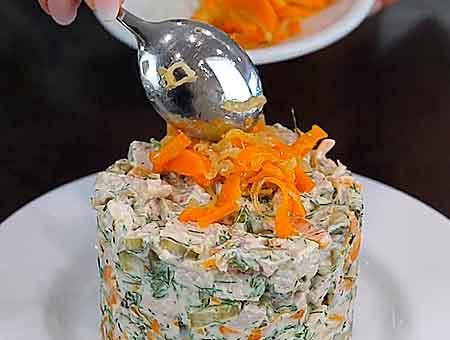 украшаем салат пассированными овощами