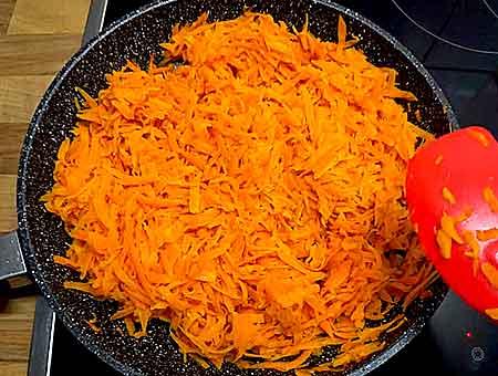 тушим морковку до мягкого состояния