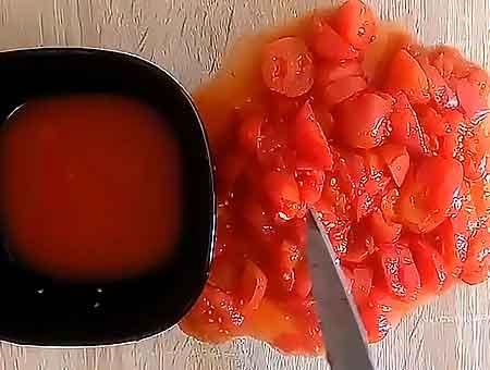 режем томаты для казана кубиком