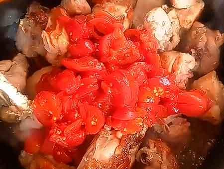 добавляем в чахохбили помидоры с соком