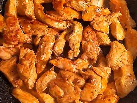 обжариваем курицу для бефстроганова