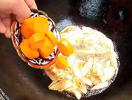 обжариваем лук с морковью для жаркого
