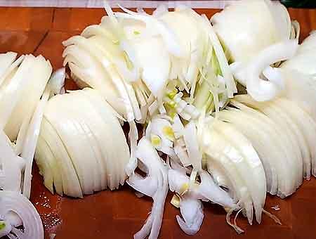 режем лук для блюда кольцами
