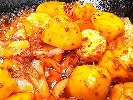 обжариваем картофель в казане до золотистого состояния