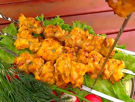 шампура с шашлыком лежат на столе