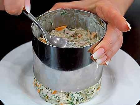 вынимаем кольцо из салата с огурцами