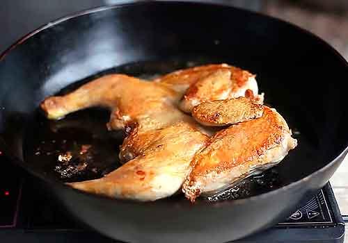 цыпленок в сковороде поджаренной грудкой вверх