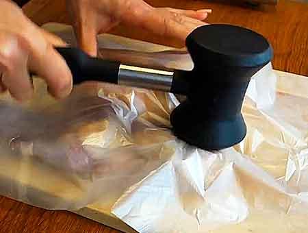 отбиваем курицу табака молотком