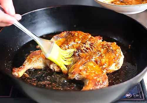смазывание маринадом изнутри курицы