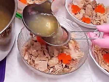 разливаем бульон в тарелки через сито