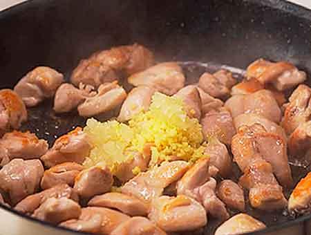 добавляем на сковороду имбирь с чесноком