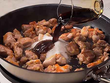 добавляем соевый соус с уксусом