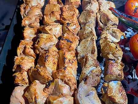 Шашлык из куриных грудок на мангале в сочном луковом маринаде