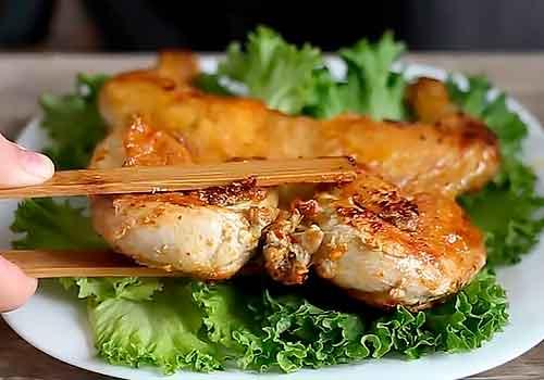 жареный цыпленок табака на листьях салата