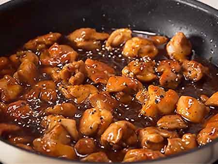 посыпаем курицу семенами кунжута