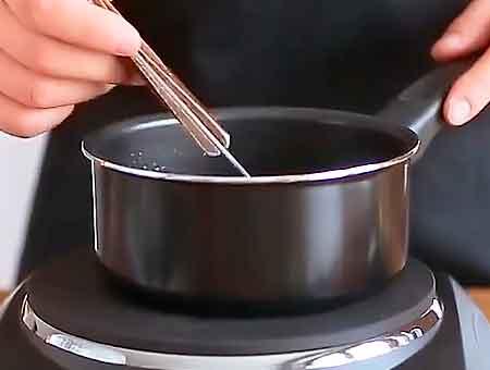 доводим соус до кипения