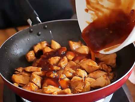 добавляем остатки соуса в сковороду