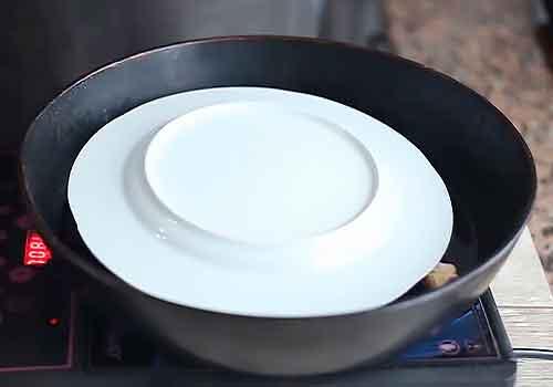 тарелка лежит на куриной тушке