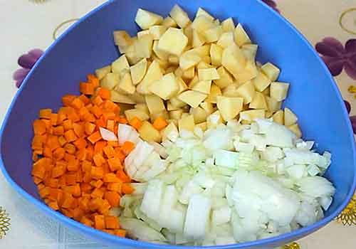 нарезанный картофель с луком и морковью
