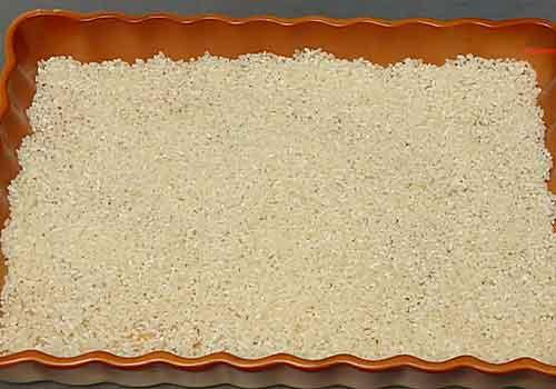 выкладывание риса в форму