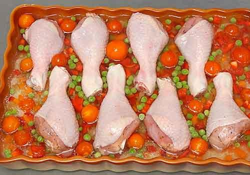 выкладывание куриных голеней сверху