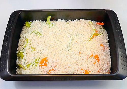 слой промытого риса на овощах