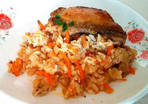 рис с курицей на тарелке