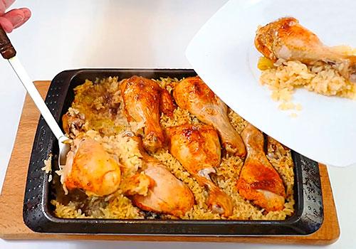 накладывание курицы с рисом в тарелку
