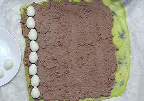 перепелиные яйца раскладываем скраю