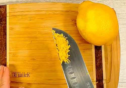 трем лимонную цедру